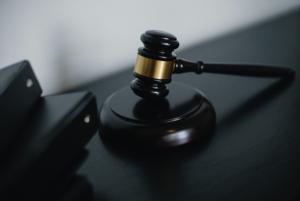 Młotek sędziowski kodeksy prawnicze